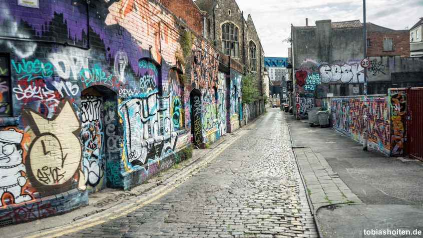 bristol-street-art-old-warehouses-backfields-lane-tobias-hoiten